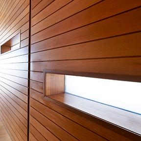 Стена обшитая древесиной внутри помещения