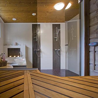 Деревянные стены и пол в ванной