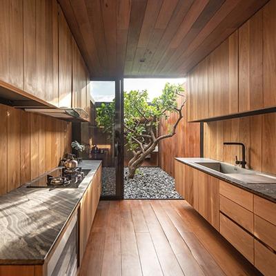 Уютная кухня с панорамным окном