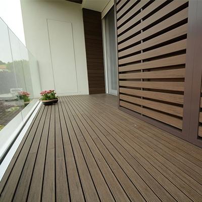 Балкон с деревянным полом
